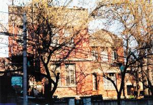 米春霖旧居原貌,尖顶小楼的一楼(围墙挡住的部分)为米春霖老人及夫人后期居住的位置