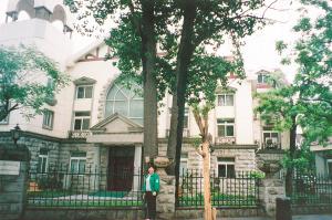 现在的长沙路93号,为和平区房地产交易中心,门前的两棵老树(原米春霖所居大院中)依旧挺拔
