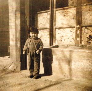 张淑钦外甥女在米春霖老人家窗外的照片,米春霖老人后期所住房间为车库改造,照片中的窗户为原来的车库门改装