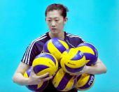 排球猜猜看:薛明怀里一共抱了几只球?