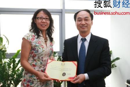 搜狐网总编辑于威向张学斌颁发搜狐企业家论坛理事证书(摄影:王玉玺)