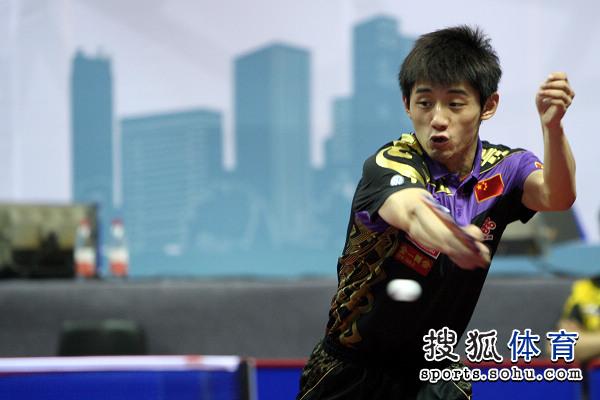图文:中乒赛男双首轮 张继科反手快攻