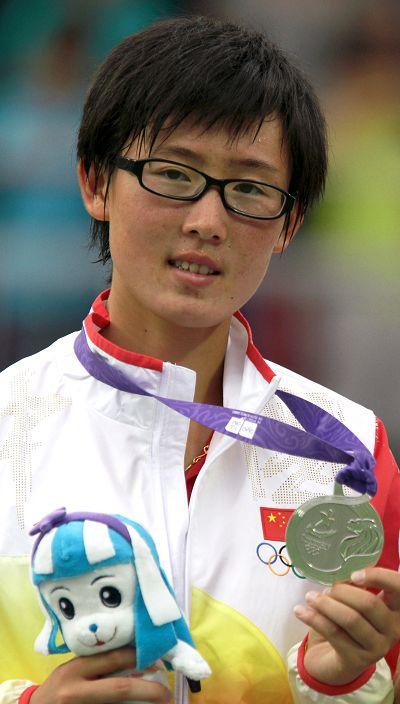 郑赛赛展示银牌