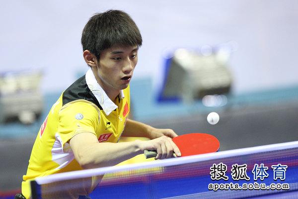 图文:中乒赛男双第二轮 张继科回球瞬间