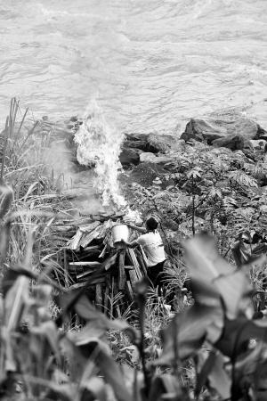 遇难者家属在江边火化亲人遗体
