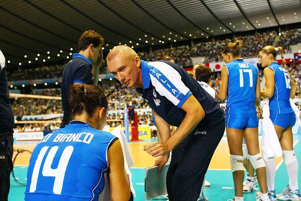 日本排球宝贝秀美腿 意大利女将扣球施压