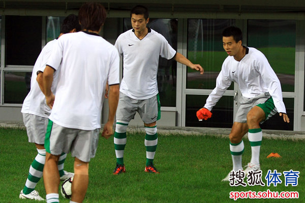 图文:[中超]绿城备战泰达 球员练习抢圈
