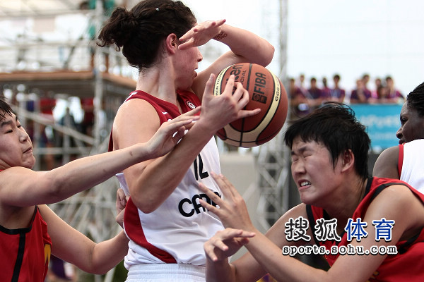 图文:青奥女篮中国胜加拿大 两队拼抢篮板球