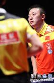 图文:中国乒乓球赛男单决赛 马琳沉着思考