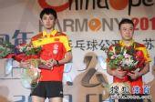 图文:中国乒乓球赛颁奖仪式 两人在颁奖仪式上