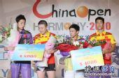 图文:中国乒乓球赛颁奖仪式 展示奖金支票
