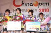 图文:中国乒乓球赛颁奖仪式 手拿奖金支票