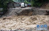 云南贡山泥石流灾害现场公路交通再次中断(组图)