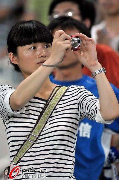 图文:[中超]江苏4-0青岛 女球迷拍照