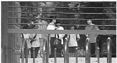 8月17日下午,长沙某中学门口,背着书包的学生从校园内走出。 (非正常拍摄)