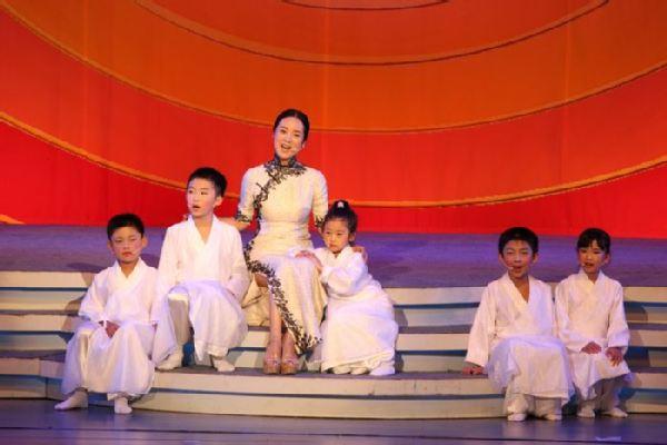 哈辉与孩子们一起演唱