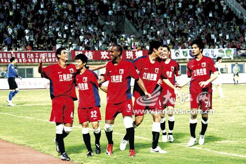 衡源队球员庆祝中超联赛主场第二胜。记者许南平摄