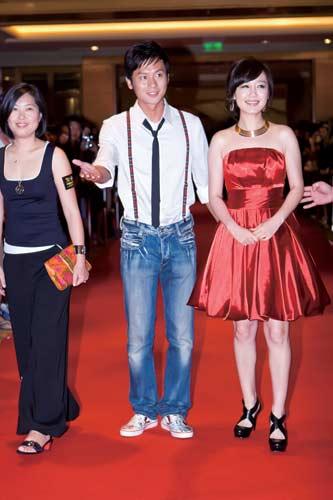 美宝莲纽约品牌总经理鲍燕悦与演员李晨和薛佳凝走上红毯