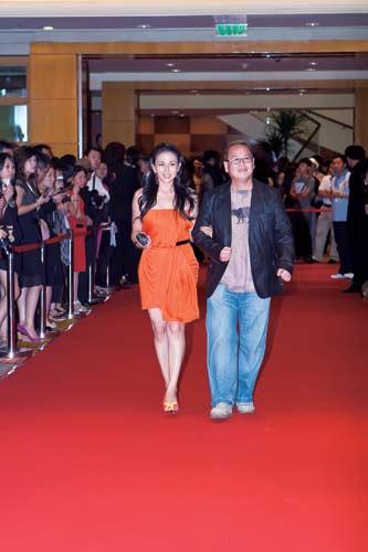 第66届威尼斯电影节闭幕影片《成都我爱你》总摄影林华泉、演员安雅亮相红毯