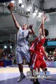 图文:青奥会男篮塞尔维亚夺冠  护球上篮