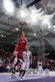 图文:青奥会男篮塞尔维亚夺冠  球员上篮