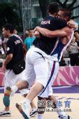 图文:青奥会男篮塞尔维亚夺冠  相拥庆祝夺冠