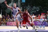 图文:青奥会男篮塞尔维亚夺冠  进攻与防守