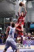 图文:青奥会男篮塞尔维亚夺冠  选手在跳投