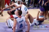 图文:青奥会男篮塞尔维亚夺冠  高兴的倒地