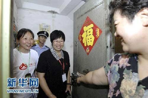 资料图片:8月15日,北京太平里居委会的王主任(右二)陪同普查员李金凤(左一)到太平里11号楼孟女士家中进行入户摸底。当日,北京市第六次全国人口普查正式登记前的户口整顿和摸底工作启动。普查员将统一着装、佩戴证件深入到6600多个普查区的居民家中开展入户摸底。新华社发(张宇 摄)