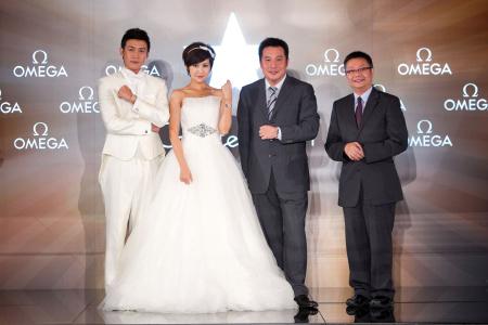 陆毅和鲍蕾夫妇与欧米茄中国区副总裁杨骅先生(右二),上海新宇钟表
