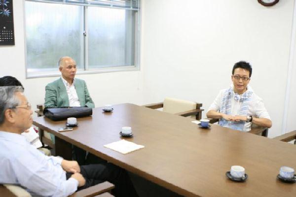 东京艺术大学内,李玉刚和日本艺术家进行交流