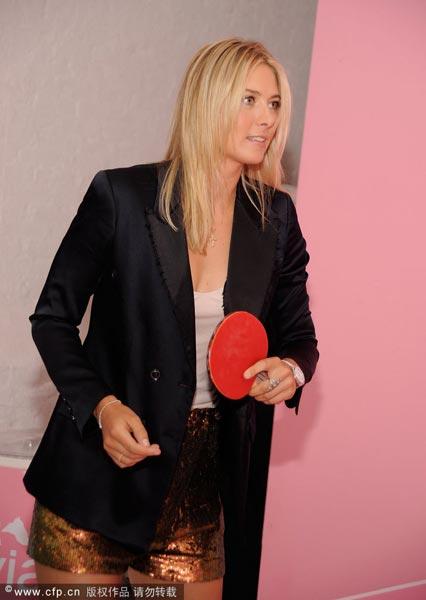 图文:莎娃客串乒乓球选手 网球高手玩起乒乓球
