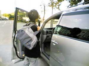 学生哥开着靓车上学