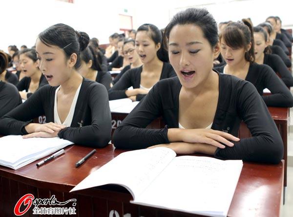 图文:亚运会礼仪小姐加紧培训