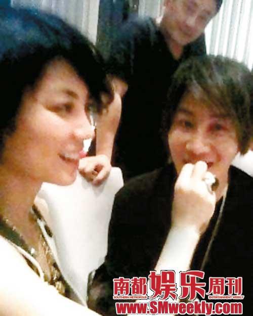 场上,王菲还喂魔术师刘谦吃东西,真是有话题性。