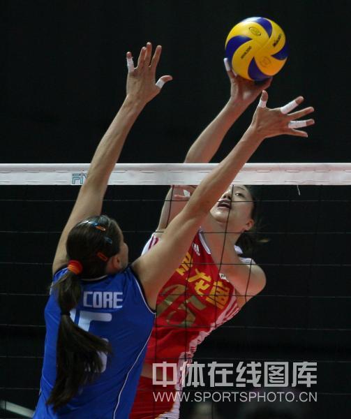图文:中国女排0-3负意大利 马蕴雯小心扣球