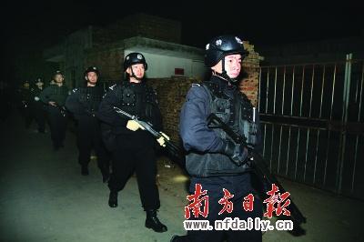 湛江特警在打黑行动中。