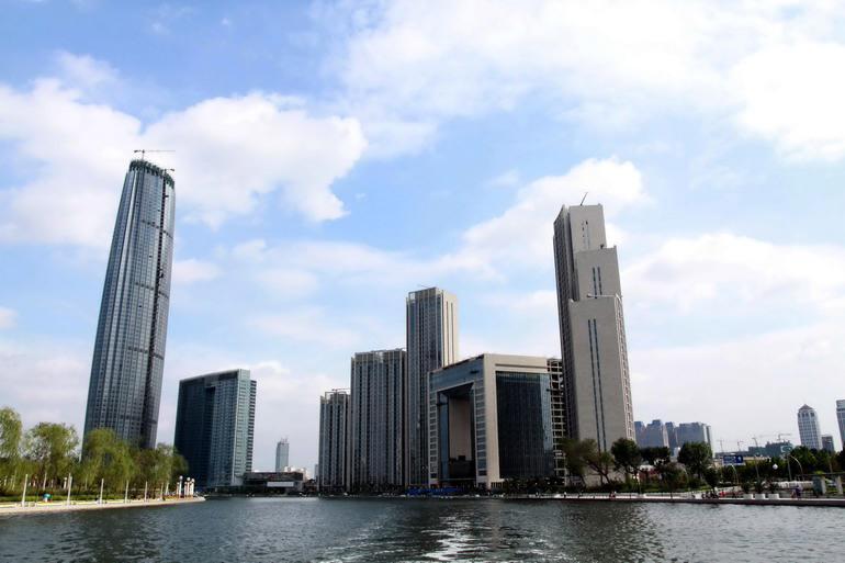 一系列新的地标建筑在天津海河沿线拔地而起(8月25日摄).