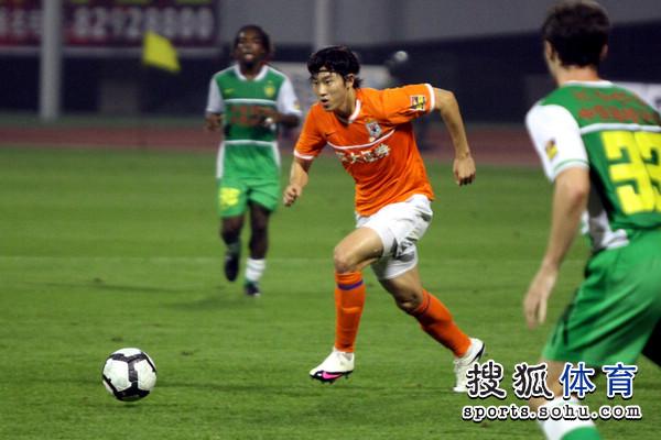 图文:[中超]山东1-0北京 周海滨突破
