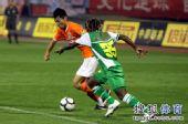 图文:[中超]山东1-0北京 小马丁防守