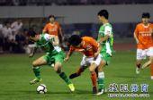 图文:[中超]山东1-0北京 张永海护球