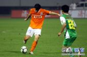 图文:[中超]山东1-0北京 李微起脚