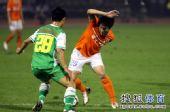 图文:[中超]山东1-0北京 李金羽摆脱