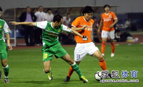 图文:[中超]山东1-0北京 邓卓翔突破