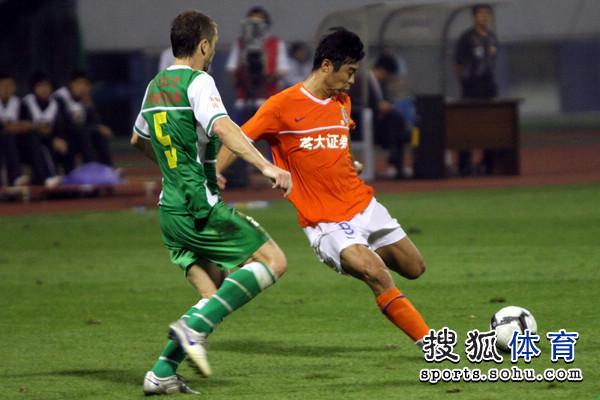图文:[中超]山东1-0北京 韩鹏传球