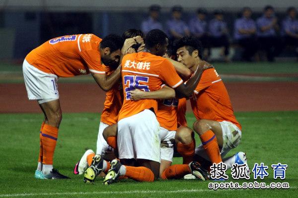 图文:[中超]山东1-0北京 鲁能庆祝进球