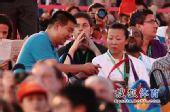 图文:首届青奥会圆满闭幕 冯坤与记者交流