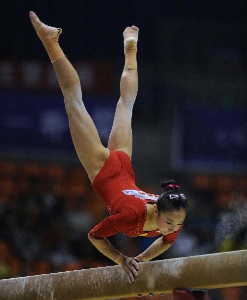 图文:全国体操锦标赛 黄秋爽在平衡木比赛中