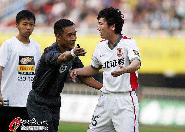 图文:[中超]陕西中建1-0长春 吕建军索要点球
